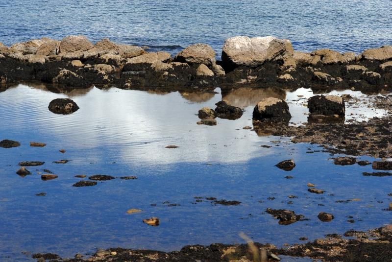 Qué puede ser más efímero que un reflejo de una nube en el mar?