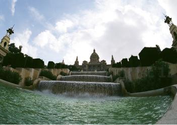 Magnifica fuente a los pies del Museo de Arte de Catalonia