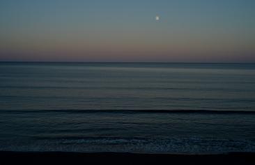 """""""Cómo torcer, desembrollar el hilo, ir remontando el sol hasta la sombra, devolver luz hasta que la noche, se embarace de un nuevo día, y que este día sea nuestro hijo, interminable hallazgo""""...(Pablo Neruda, en """"Se amanece"""" )"""